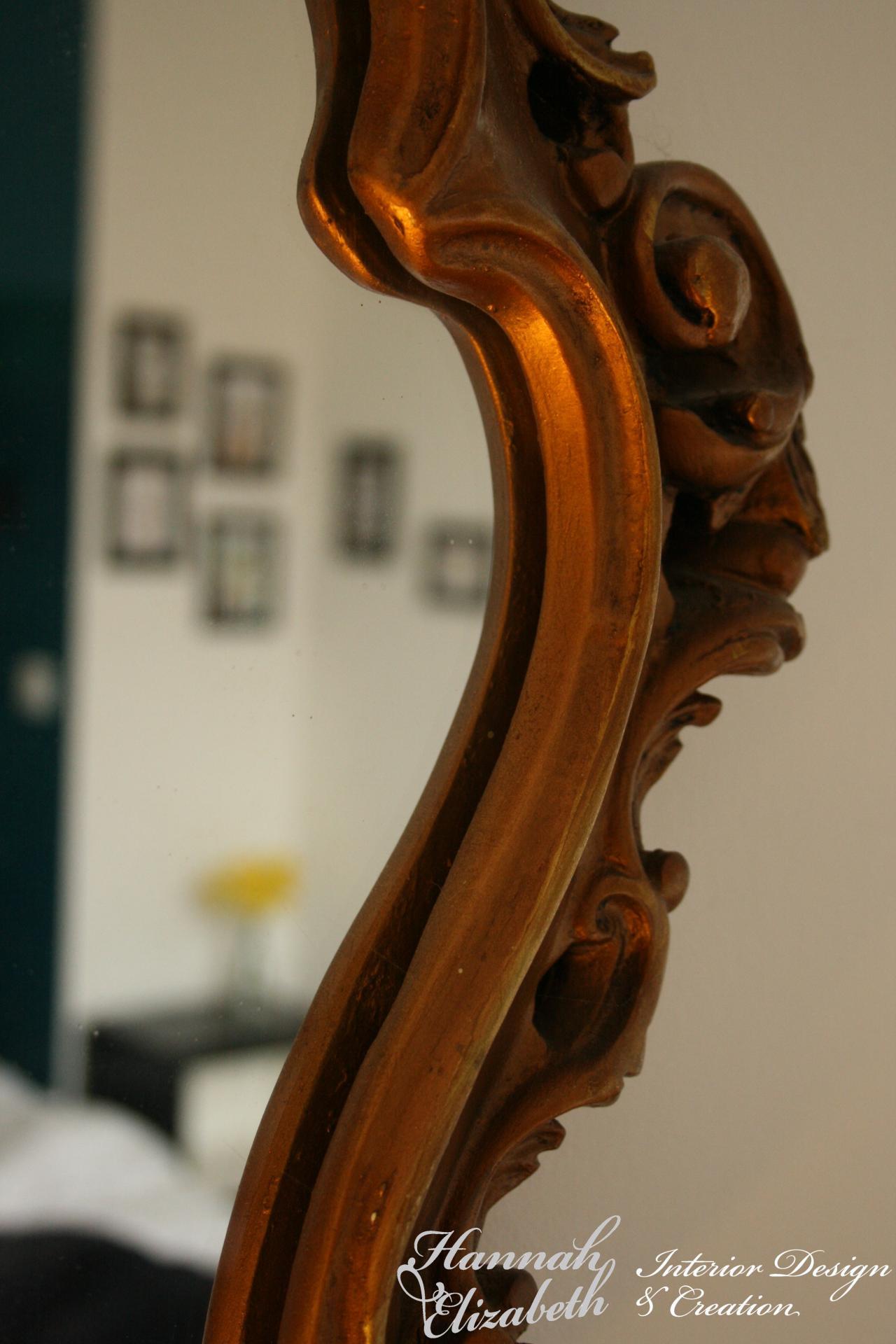 Detail miroir avec reflet chambre japonais turquoise avec jonquilles