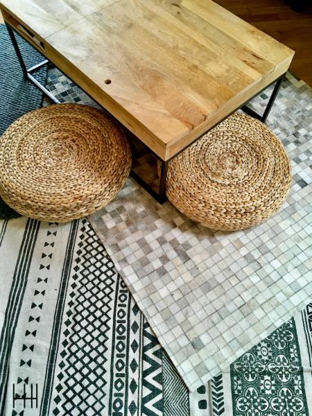 Detail table basse bois tapis gris peau pouf rotin salon gris hannah elizabeth interior design