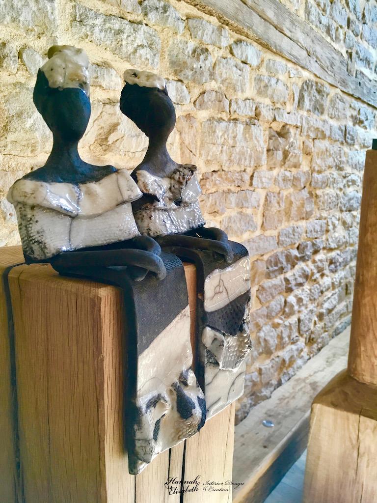Deux femmes statues sur totem bois hannah elizabeth interior design