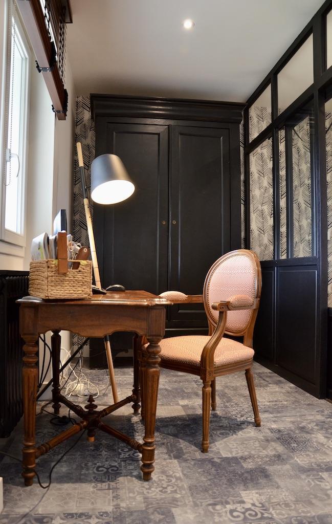 Entre e bureau verriere noir armoire noir bois hannah elizabeth interior design