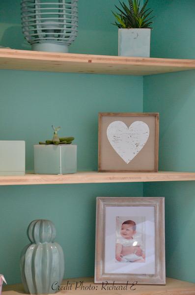 Etageres bois avec deco mur vert deau hannah elizabeth interior design