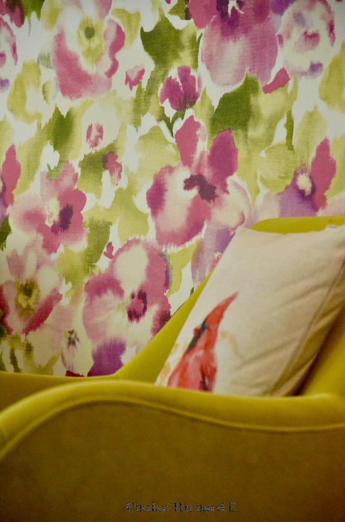 Fauteuil jaune coussin oiseau papier peint fleurs rose hannah elizabeth interior design