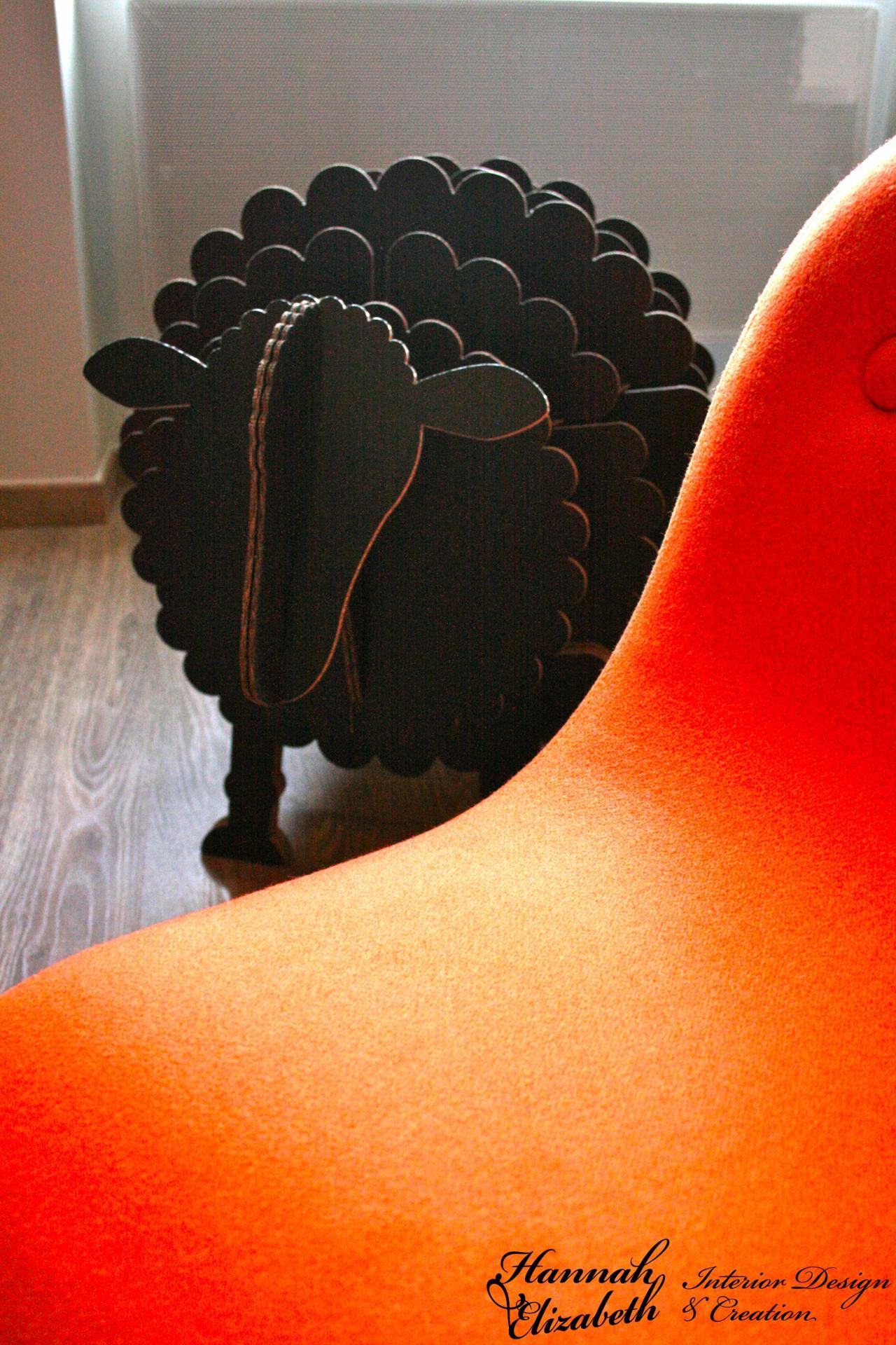 Fauteuil orange parquet