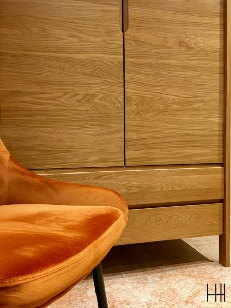 Fauteuil rouille moquette hotel armoire bois clair hannah elizabeth interior design