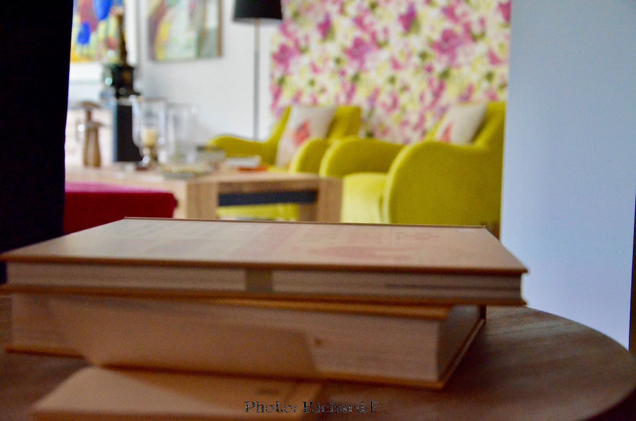 Fauteuils jaune papier peint rose hannah elizabeth interior design