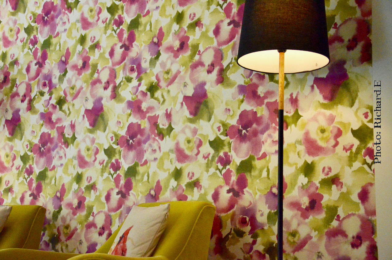 Fauteuils velours jaune papier peint couleur hannah elizabeth interior design