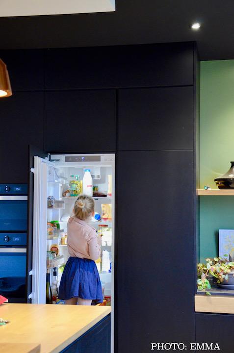 Frigo encastre cuisine noir vert bois hannah elizabeth interior design