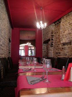 Fushcia et pierre decoration restaurant semur en auxois hannahelizabeth id