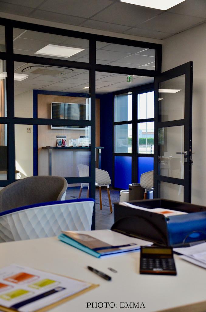 Gan assurance bureau vitre e accueil bleu gris blanc hannah elizabeth interior design