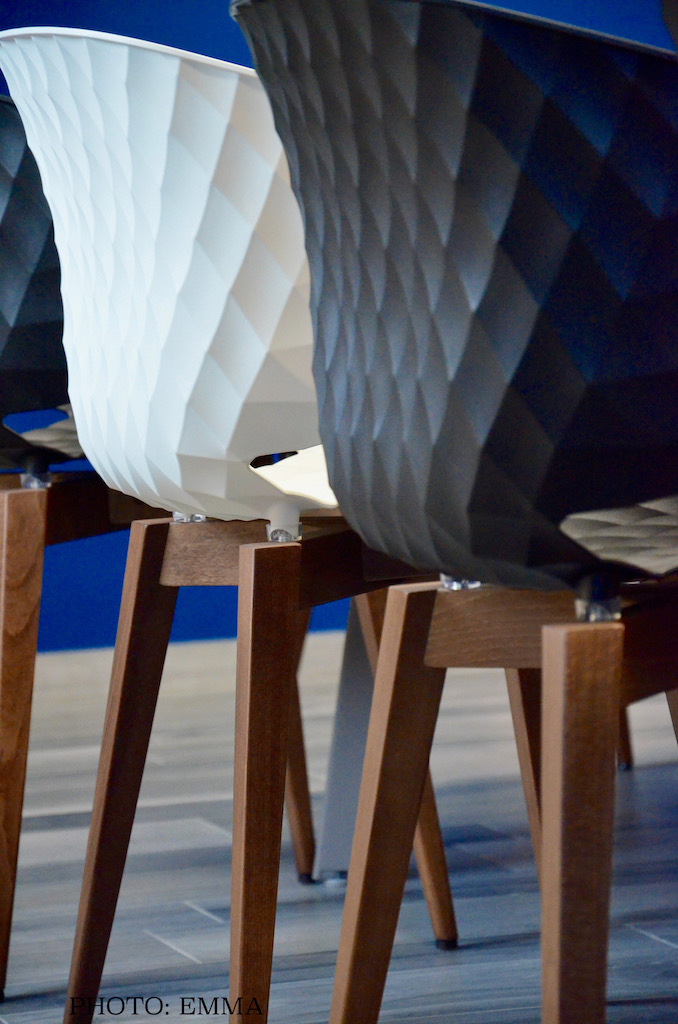 Gan assurance chaise relief bois blanc noir hannah elizabeth interior design