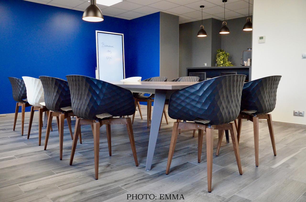 Gan assurance salle reunion bleu noir bois hannah elizabeth interior design