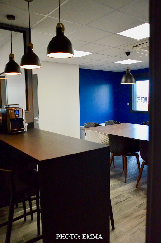 Gan assurance salle reunion gris bleu blanc hannah elizabeth interior design