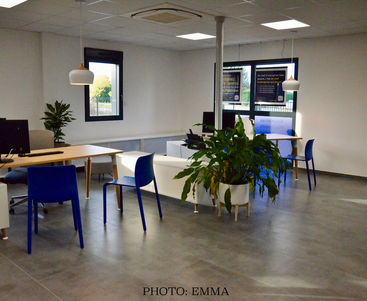 Gan assurances chatillon bureau open space bleu blanc gris hannah elizabeth interior design