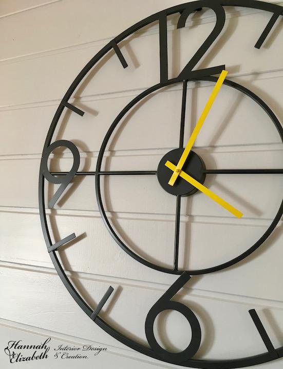 Horloge gris et jaune