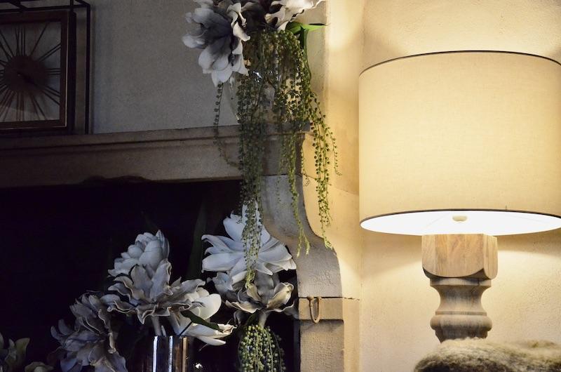 Lampadaire bois cheminee pierre hannah elizabeth interior design