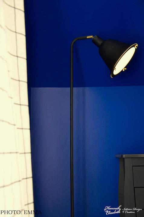 Lampadaire chambre coin mur bleu