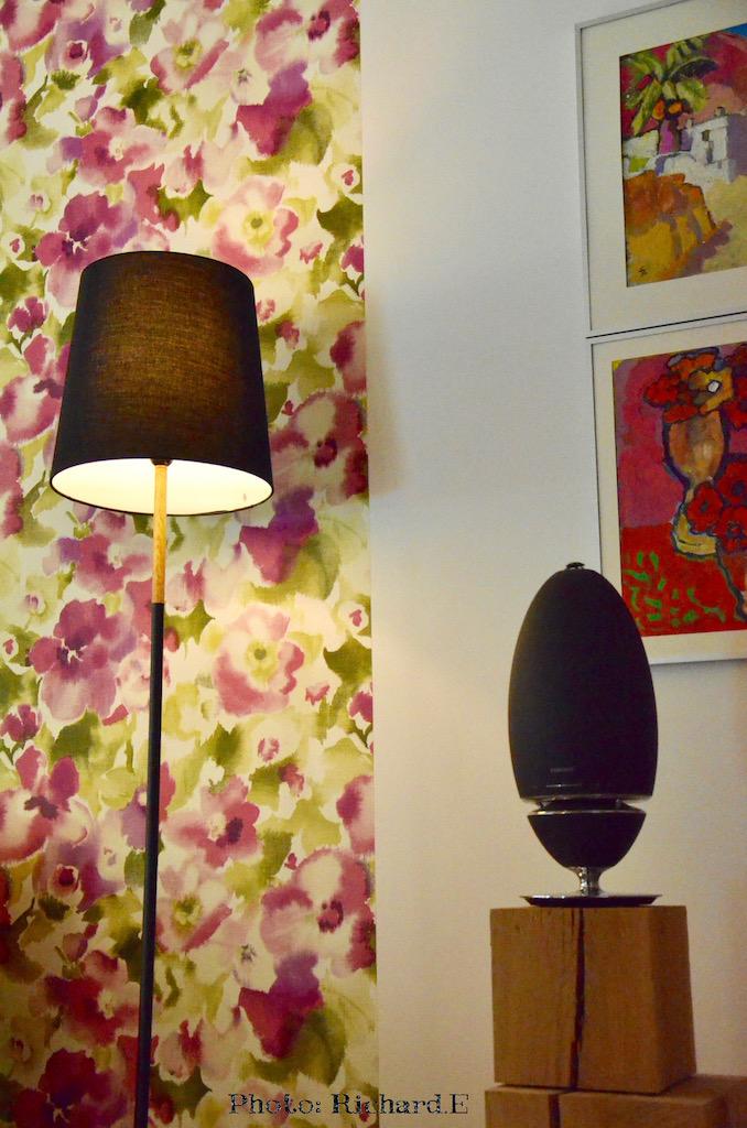 Lampadaire noir bois clair papier peint rose aquarelle hannah elizabeth interior design