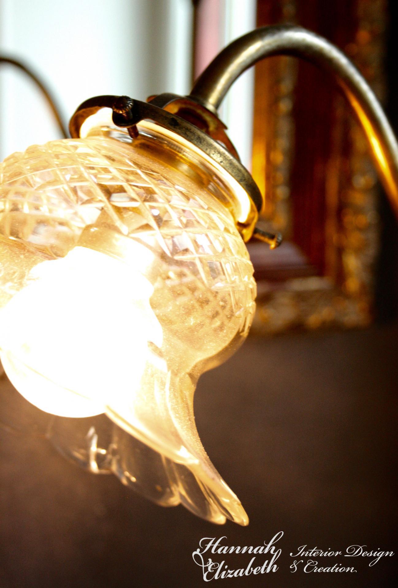 Lampe ancien verre et miroir sur fond gris