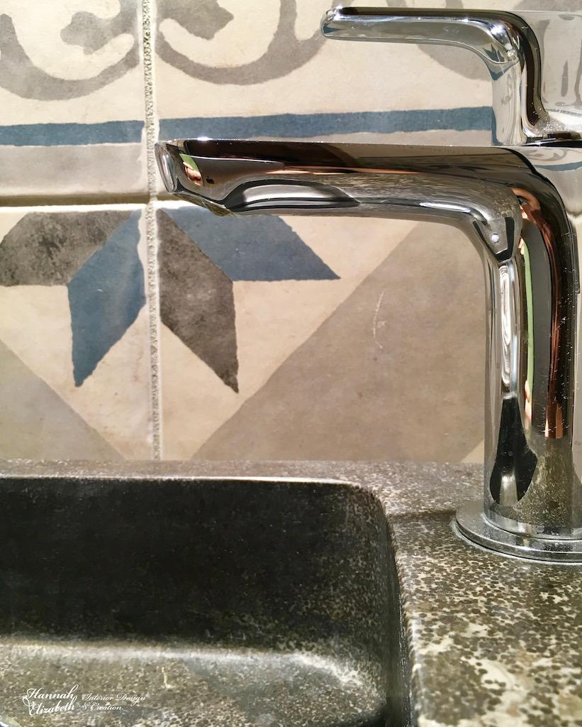 Lave main noir carreaux ciments bleu gris hannah elizabeth interior design