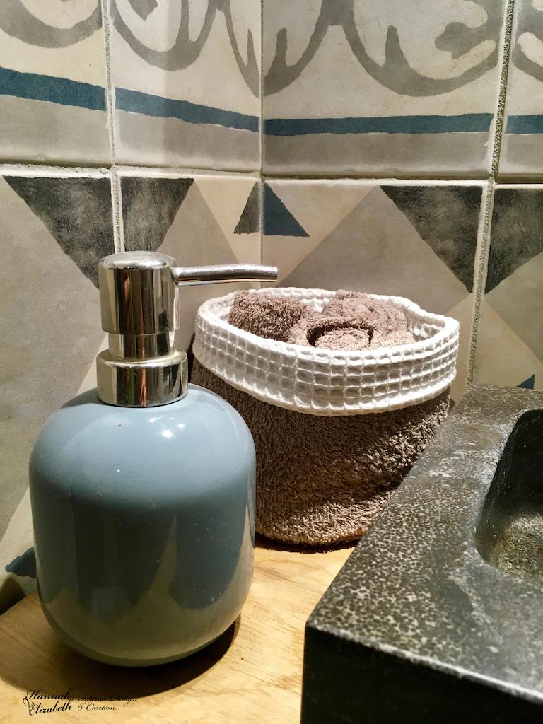 Lave main pierre noir savon serviette carreaux ciment bleu gris hannah elizabeth interior design