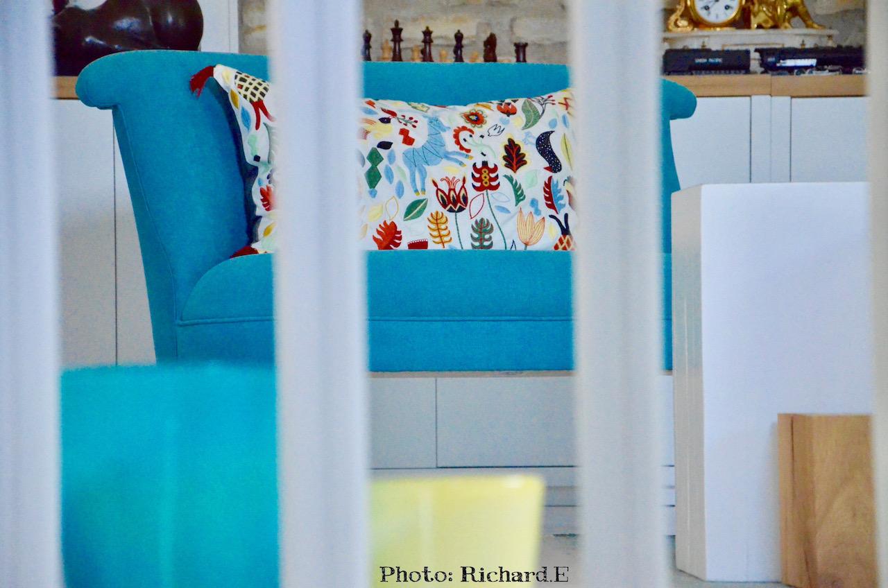 Loveseat bleu hannah elizabeth interior design