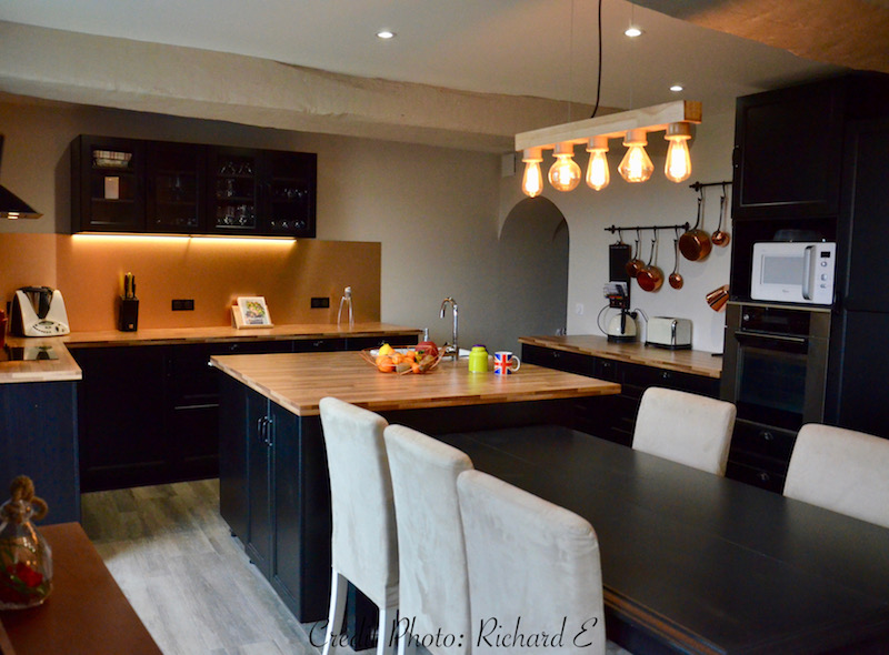 Luminaire filament cuisine noir rouge cuivre hannah elizabeth interior design