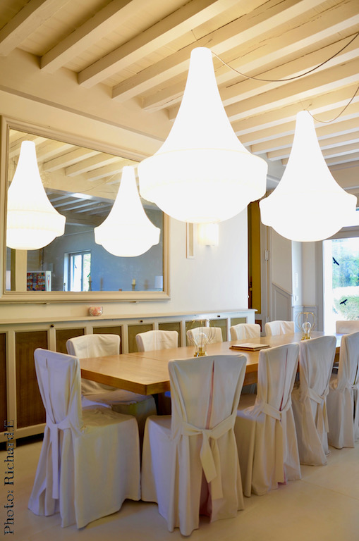 Lustre contemporain salle a manger blanc hannah elizabeth interior design