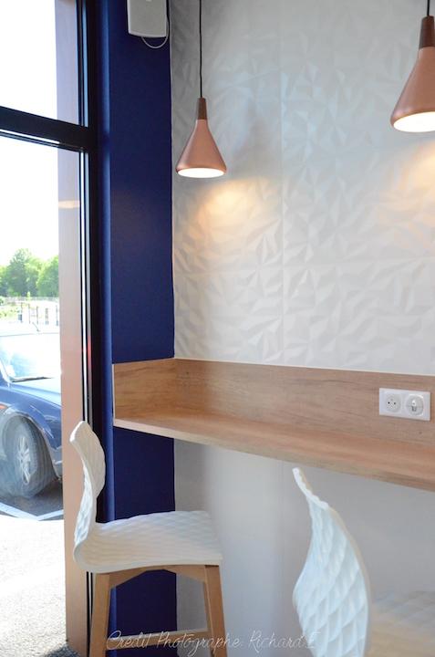 Mange debout mur bleu faience blanc relief