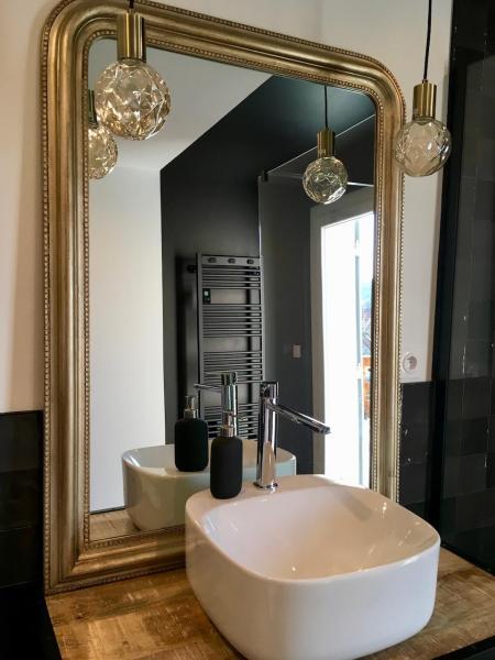 Meuble vasque bois indus miroir or suspension hannah elizabeth interior design
