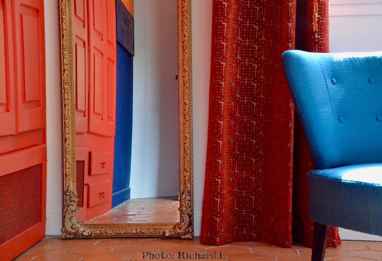 Mioroir ancien fauteuil bleu portes armoires rouge hannah elizabeth itnerior design