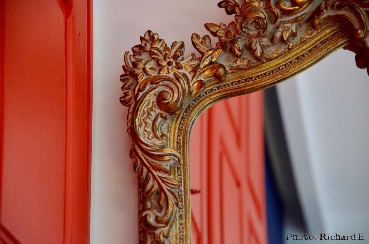 Miroir ancien armoire rouge mur bleu chambre hannah elizabeth interior design