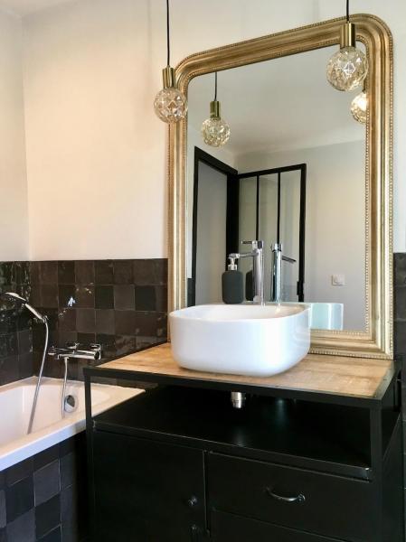 Miroir or meuble vasque indus zelliges noir hannah elizabeth interior design