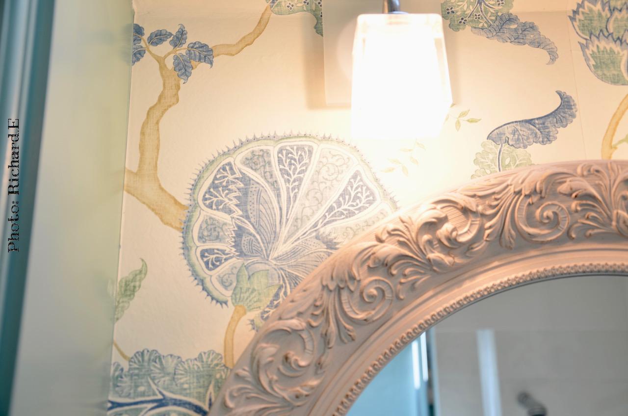 Miroir romantique salle de bain papier peint harlequin hannah elizabeth interior design