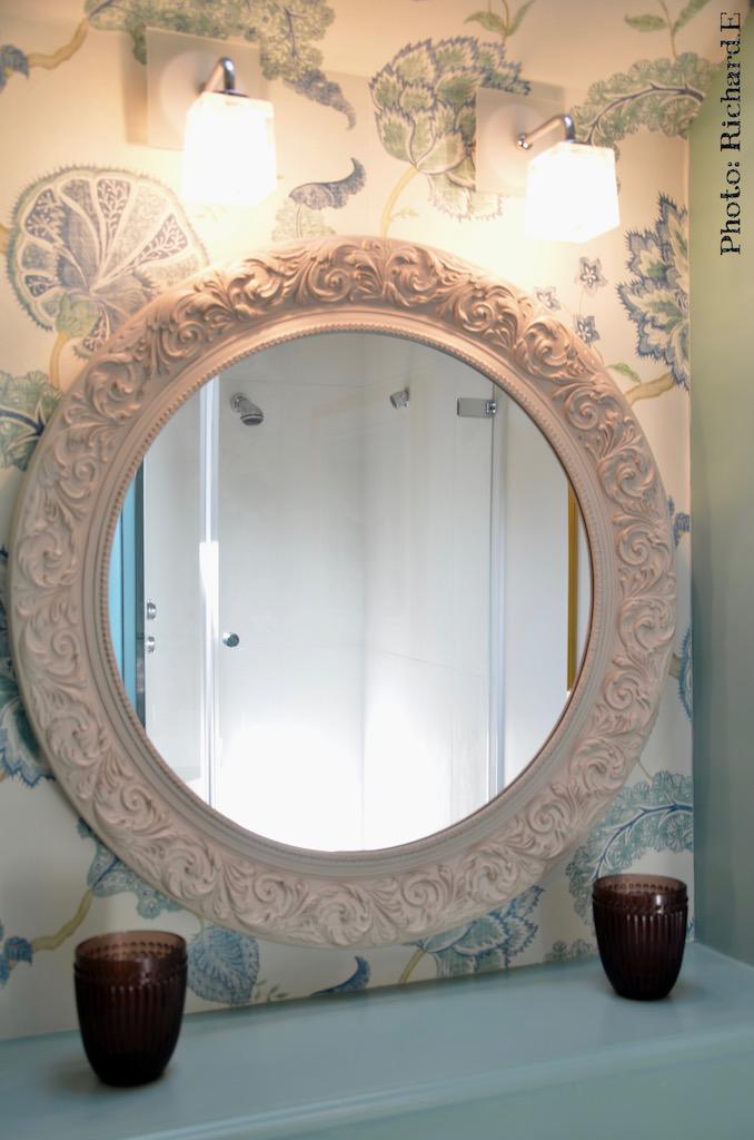 Miroir rond salle de bain papier peint vert deau hannah elizabeth interior design