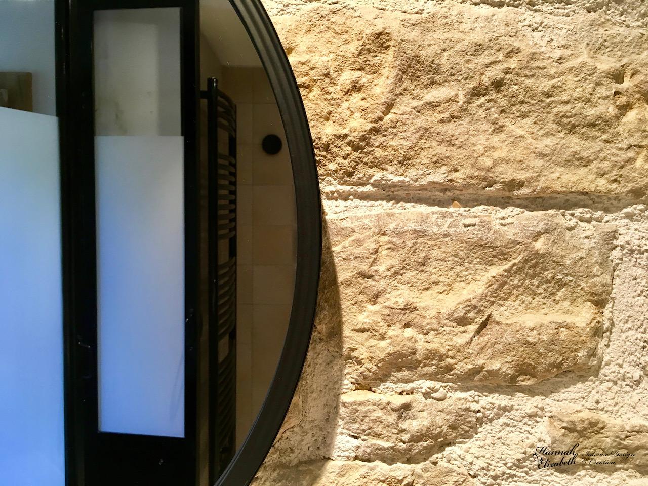 Miroir sur mur pierre hannah elizabeth interior design