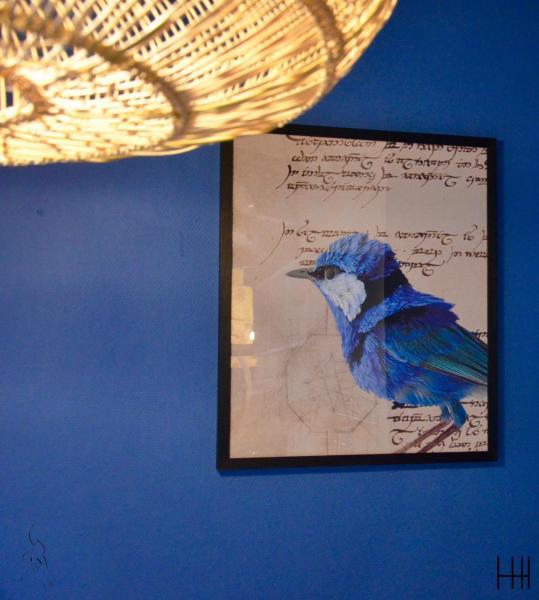 Mur bleu abat jour rotin hannah elizabeth interio r design