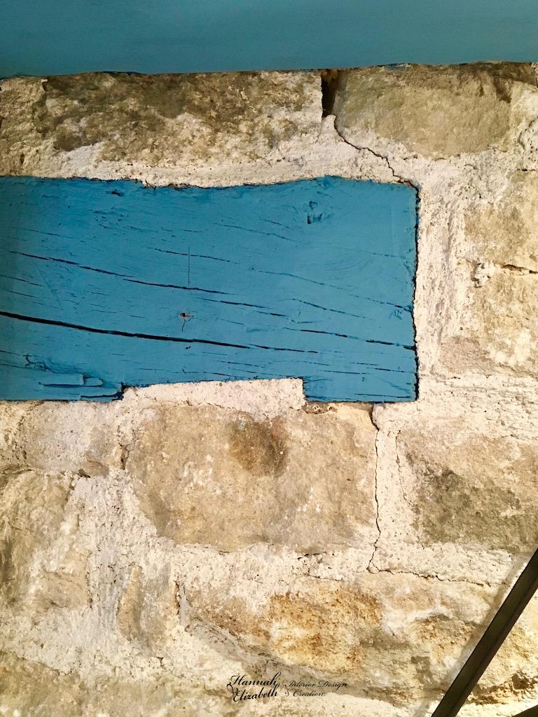 Mur en pierre avec poutres bleu hannah elizabeth interior design