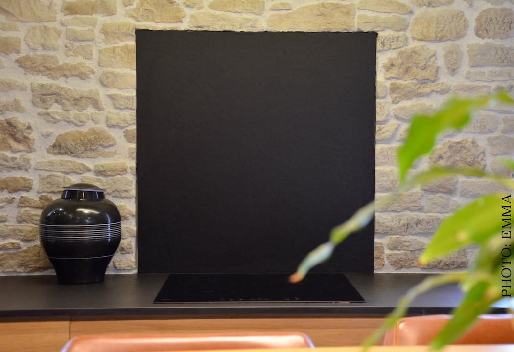 Mur pierre credence noir cuisine hannah elizabeth interior design