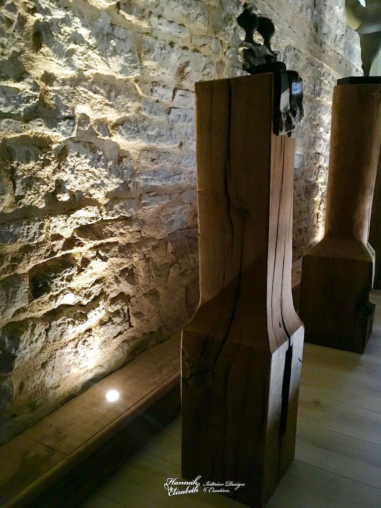 Mur pierre eclaire totem bois hannah elizabeth interior design