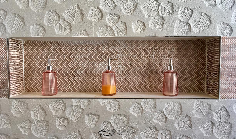 Niche salle de bain faience cuivre faience feuille blanc hannah elizabeth interior design