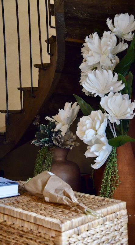 Panier osier fleurs cae escalier ancienne hannah elizabeth interior design