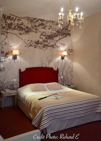 Papier peint lin tete de lit rouge hotel hannah elizabeth interior design
