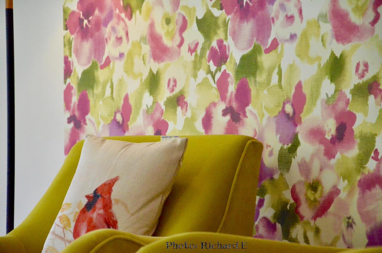 Papier peint rose vert fauteuils jaune hannah elizabeth interior design