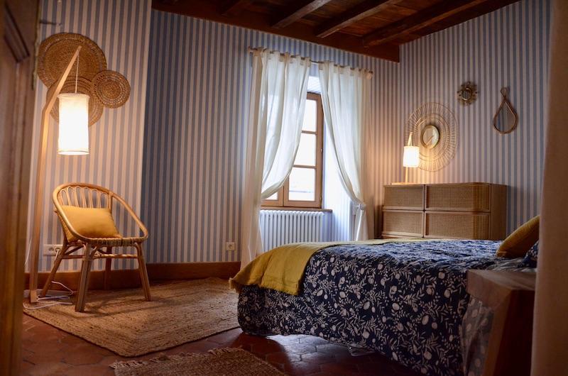 Papier rayures bleu mobilier rotin hannah elizabeth interior design