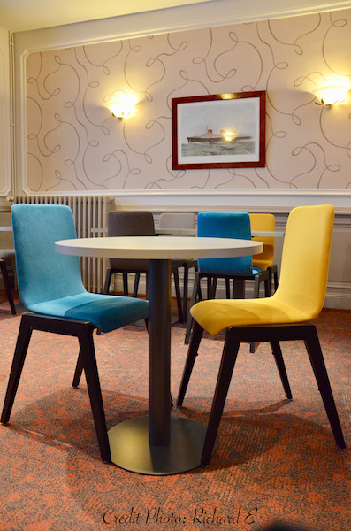 Petit dejeuner chaise bleu chaise jaune hannah elizabeth interior design
