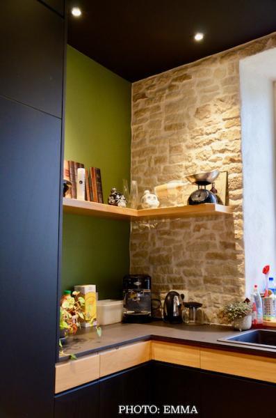 Plan travail noir tiroirs bois mur vert et pierre hannah elizabeth interior design