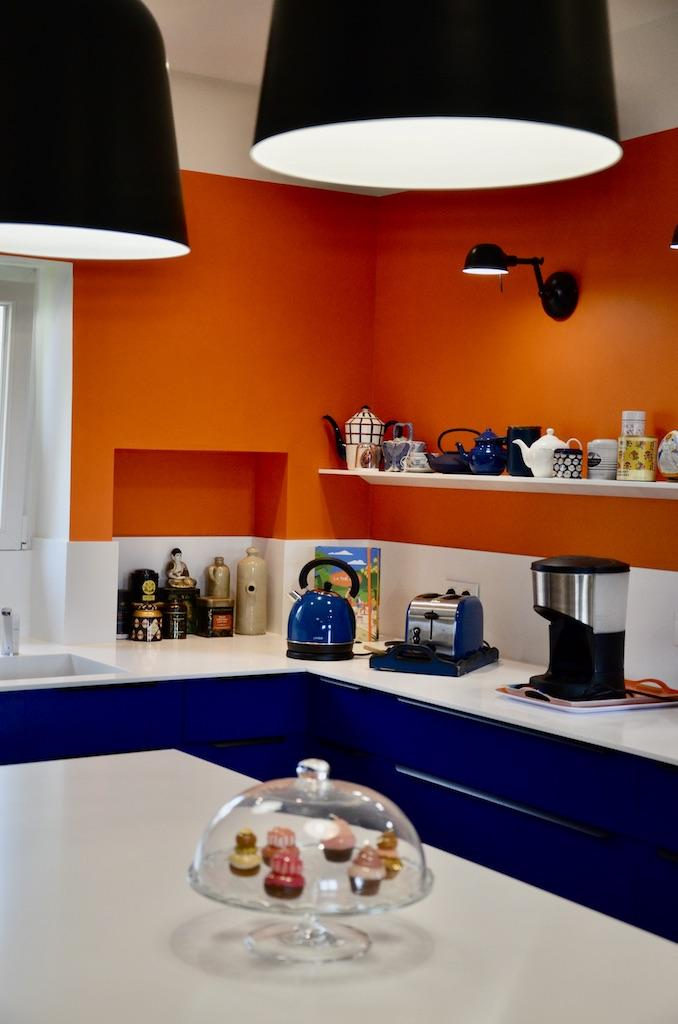 Plan travail resine cuisine bleu orange hannah elizabeth interior design