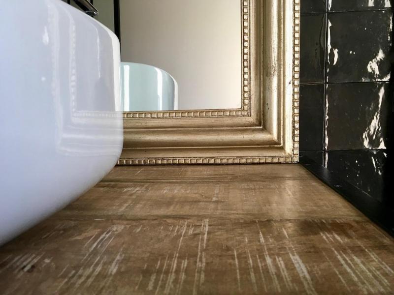 Plan vasque bois miroir or vasque blanc hannah elizabeth interior design