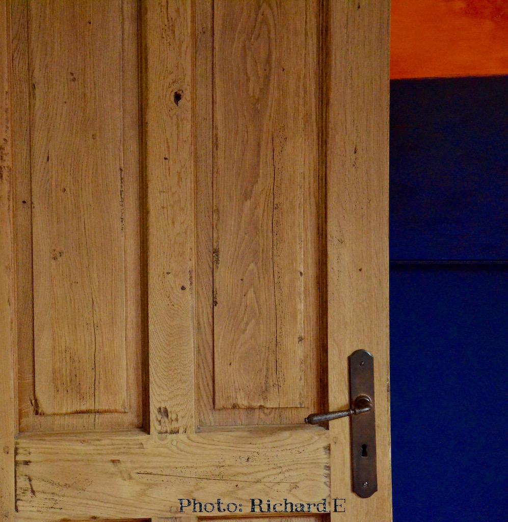 Porte bois chene mur bleu roi rouge hannah elizabeth interior design