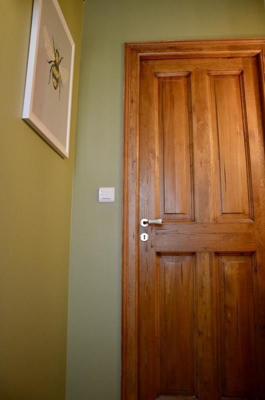 Porte bois mur vert hannah elizabeth interior design
